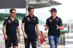 Макс Ферстаппен, Red Bull Racing гуляет по трассе с командой