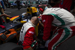 Механики PREMA Racing работают с автомобилем Антонио Джовинацци, PREMA Racing