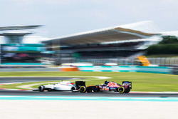 Valtteri Bottas, Williams FW38 y Carlos Sainz Jr., Scuderia Toro Rosso STR11