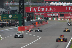 Daniel Ricciardo, Red Bull Racing RB12 leads Lewis Hamilton, Mercedes AMG F1 W07 Hybrid, Kimi Raikkonen, Ferrari SF16-H and Jolyon Palmer, Renault Sport F1 Team RS16