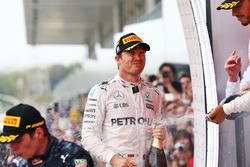 El ganador de la carrera Nico Rosberg, Mercedes AMG F1 celebra en el podio