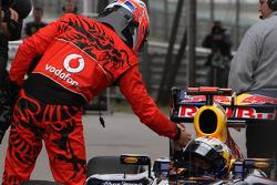Jenson Button,  de McLaren Mercedes felicita al autor de la pole, Sebastian Vettel, Red Bull Racing