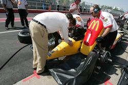 Carl Haas helps his crew