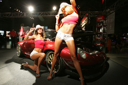 Tuning show during the Molson Indy: lovely hostesses pose for the benefit of Motorsport.com viewers