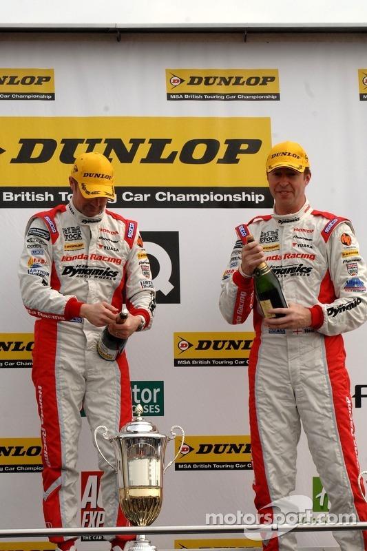 Honda Racing Duo Gordon Shedden en Matt Neal op het podium