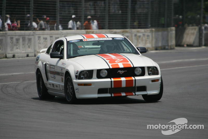 Une voiture de chauffe Ford Mustang