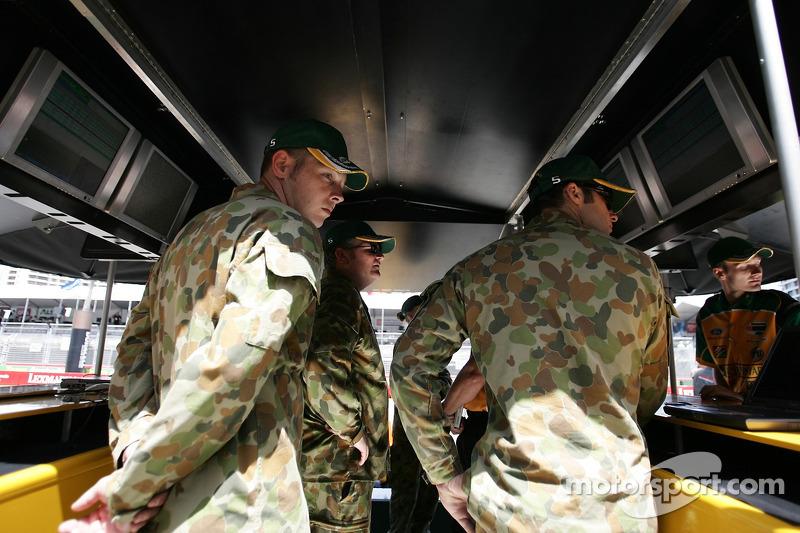 L'Armée Australienne suit l'action du Team Australia