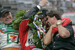 Race winner Dan Wheldon celebrates with Kim Green, Michael Andretti and Bryan Herta