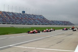 Dan Wheldon leads the pack for pitstops