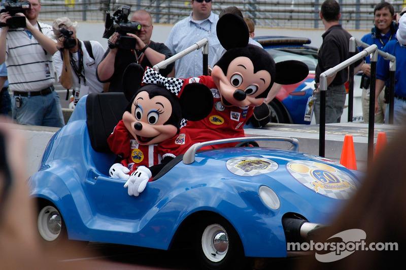 Minnie Mouse arrive, accompanié d'un compagnon non identifié