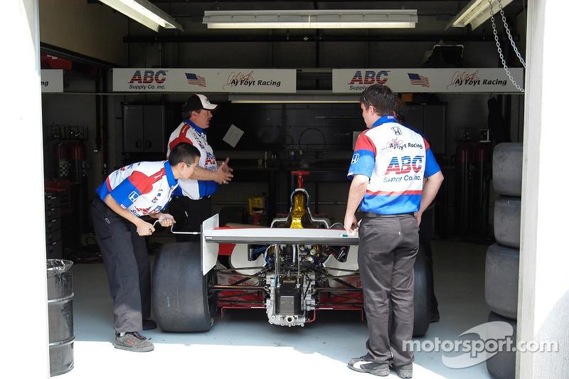L'équipe Foyt Racing tord un aileron