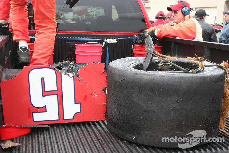 Une partie de la voiture endommagée de Buddy Rice