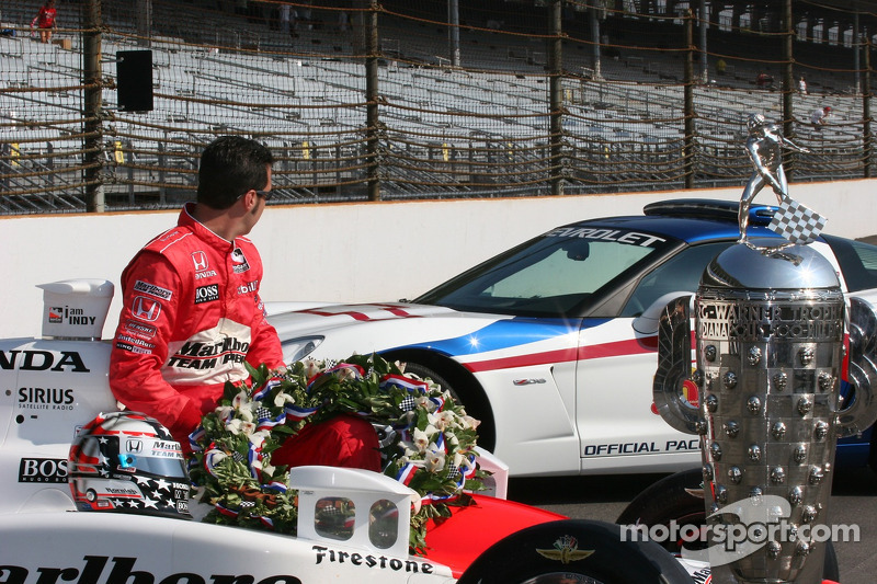 Sam Hornish Jr. Admire sa nouvelle voiture Corvette