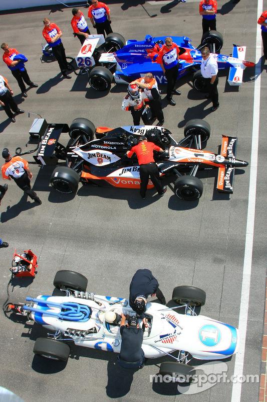 Mario Andretti, Michael Andretti et Marco Andretti se tiennent prêt à faire un tour ensemble