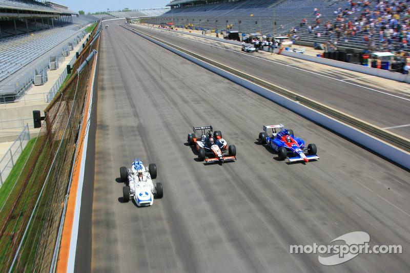Mario Andretti, Michael Andretti et Marco Andretti prennent un tour ensemble