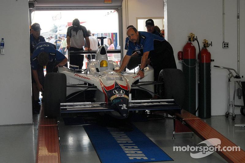 La voiture de P.J. Jones à l'inspection technique avant la course