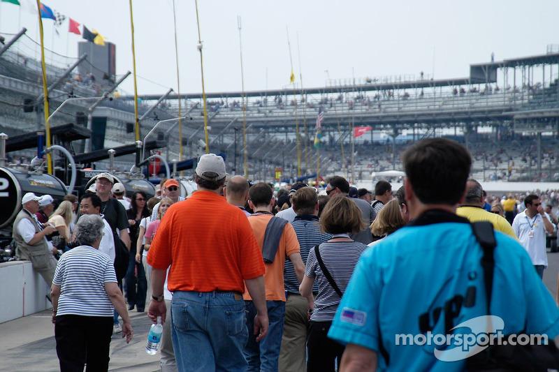 Des personnes - pratiquement des fans - se pressent vers les stands
