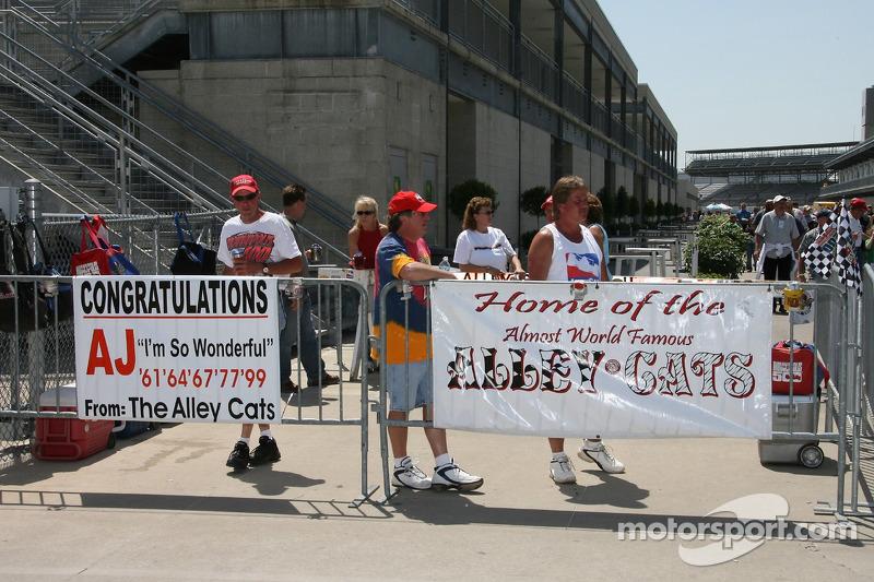 Des fans suivent l'activité dans les stands