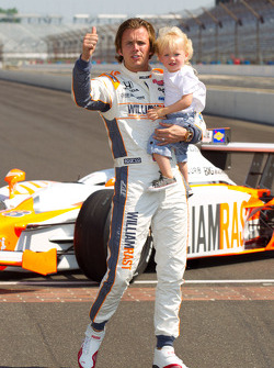 Winners photoshoot: Dan Wheldon, Bryan Herta Autosport with Curb / Agajanian and his son