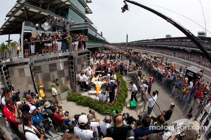 2011: Victory circle: race winnaar Dan Wheldon, Bryan Herta Autosport with Curb / Agajanian