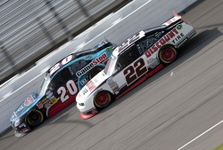 Joey Logano, Joe Gibbs Racing Toyota y Brad Keselowski, Penske Racing Dodge