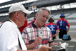 Aldo Andretti signs autographs