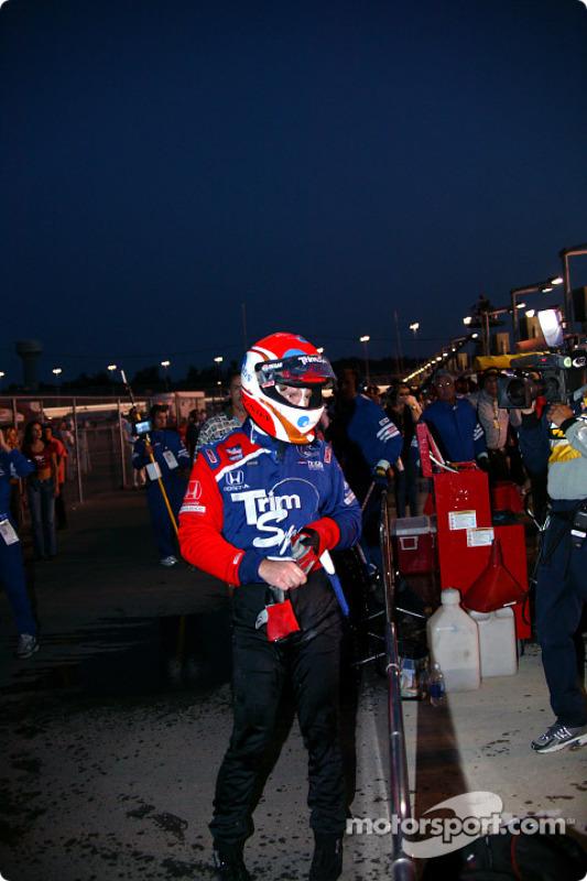 Greg Ray sort de sa voiture après le feu dans les stands