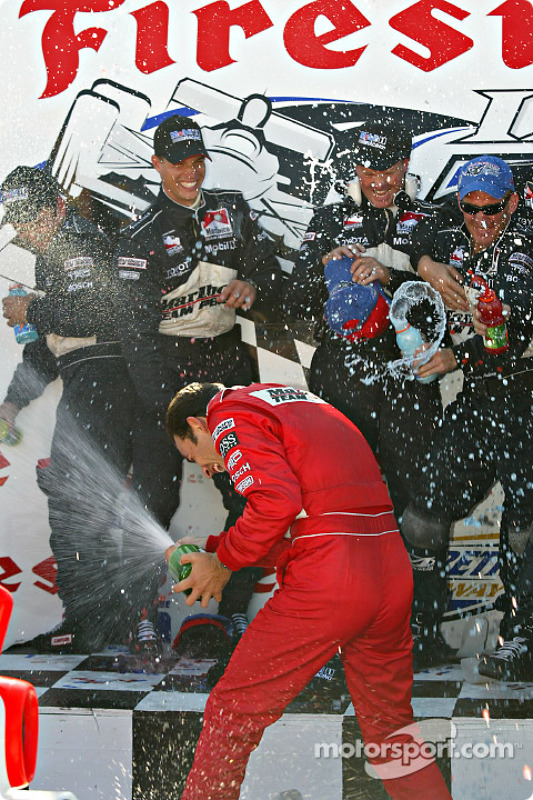Helio Castroneves sabre le champagne
