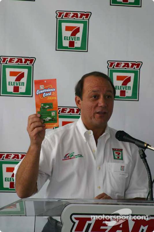 Conférence de presse Andretti Green Racing : Un représentant des magasins 7-Eleven