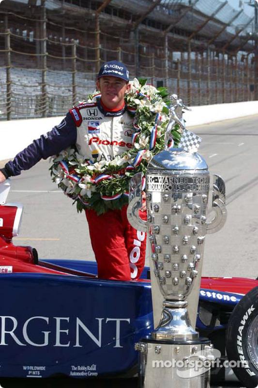 Buddy Rice avec le Borg-Warner Trophy