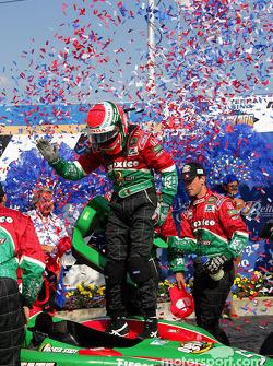 Adrián Fernández llega a victory lane