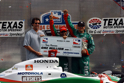 Le Champion IRL 2004 Tony Kanaan fête son titre avec Tony George