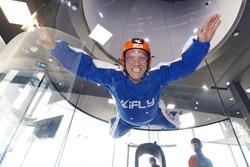 2016 Supercars Şampiyonu Mark Winterbottom, Prodrive takım arkadaşı Dean Canto ile kapalı alan skydiving'i yapıyor