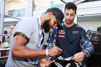 (L to R): Patty Mills, San Antonio Spurs Basketball Player with Daniel Ricciardo, Red Bull Racing