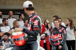 Esteban Gutiérrez, Haas F1 Team y Santino Ferrucci, Haas F1 Team piloto de desarrollo en la foto del equipio