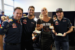 Esquiadora Lindsey Vonn se da una torta de cumpleaños de Daniel Ricciardo, Red Bull Racing, Max Verstappen, Red Bull Racing y Christian Horner, director del equipo Red Bull Racing