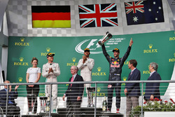 Подіум (зліва направо): Вікторія Вовлес, партнер директора по сервісу Mercedes AMG F1; Ніко Росберг, Mercedes AMG F1, друге місце; Льюїс Хемілтон, Mercedes AMG F1, переможець гонки; Даніель Ріккардо, Red Bull Racing, третє місце