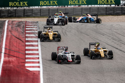 Romain Grosjean, Haas F1 Team VF-16 leads Jolyon Palmer, Renault Sport F1 Team RS16