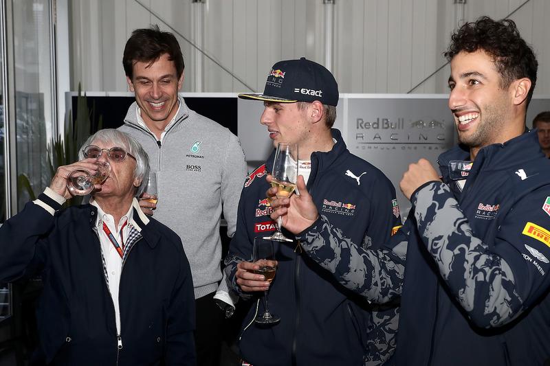 Jefe supremo de la F1 Bernie Ecclestone es celebrado por su cumpleaños por  Max Verstappen, Red Bull Racing, Daniel Ricciardo, Red Bull Racing y Toto Wolff, Mercedes GP Director Ejecutivo
