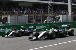 Híbrido de Mercedes AMG F1 W07, Lewis Hamilton y Nico Rosberg, Mercedes AMG F1 W07 híbrido en el inicio de la carrera