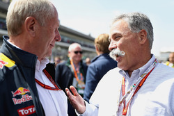 Chase Carey, voorzitter van de Formula One Group in gesprek met Dr Helmut Marko, Red Bull Racing Team Consultant