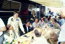 Nigel Mansell im Gespräch mit Nigel Roebuck, Murray Walker, John Blunsden, Maurice Hamilton und Innes Ireland