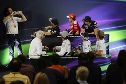 Matteo Bonciani, encargado de medios de la FIA (izquierda) en la Conferencia de prensa FIA fotografiando (desde la fila posterior (de izquierda a derecha)): Daniel Ricciardo, Red Bull Racing; Sebastian Vettel, Ferrari; Max Verstappen, Red Bull Racing; Char