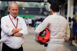 Frédéric Vasseur, directeur de la compétition Renault Sport F1 Team et Esteban Ocon, Manor Racing