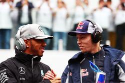 Lewis Hamilton, Mercedes AMG F1 con Daniil Kvyat, Scuderia Toro Rosso