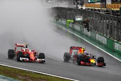 Max Verstappen, Red Bull Racing RB12; Kimi Räikkönen, Ferrari SF16-H
