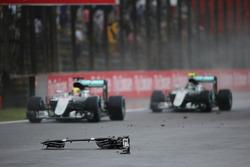 Lewis Hamilton, Mercedes AMG F1 W07 Hybrid, und Nico Rosberg, Mercedes AMG F1 W07 Hybrid, passieren Trümmer auf der Strecke