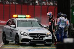 Romain Grosjean, Haas F1 Team retourne dans les stands après son crash au moment de rejoindre la grille