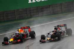 Daniel Ricciardo, Red Bull Racing RB12 et Daniil Kvyat, Scuderia Toro Rosso STR11