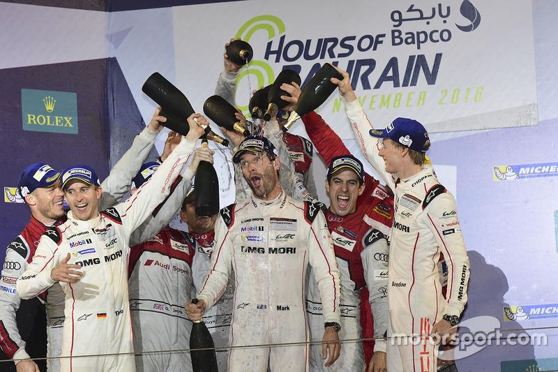 Webber es bañado por sus compañeros y los pilotos de Audi